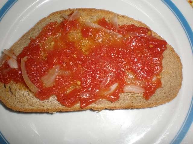 Pan con tomate y cebolla