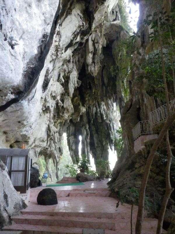 auch noch Teil der Höhle, aber Außen ( links im Bild sieht man die Unterkunft der Mönche ).